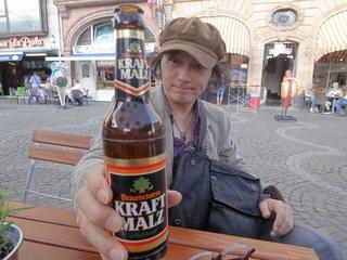 2_フランクフルトの広場でビール.jpg